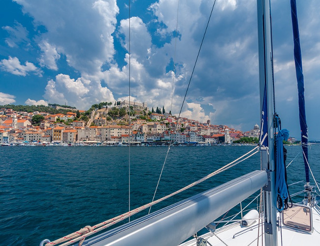 Travel around the ocean to the most luxurious locations in a Hunton yacht. Image Credit: pixabay.com
