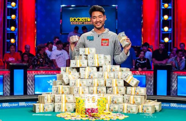 Main_Event_Champion_John_Cynn_2018_WSOP_EV65_Main_Event_Day_10_Giron_7JG0825