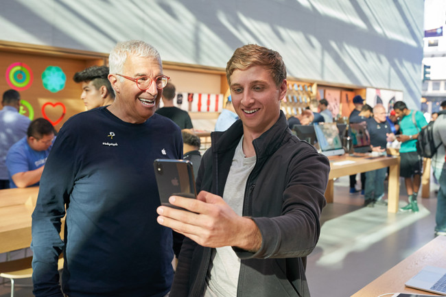 iPhone-Xs-Apple-Watch-Series-4_Palo-Alto-Apple-team-member-with-customer_09202018_big.jpg.large