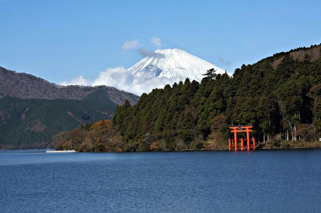 Beautiful Mount Fuji and Lake Ashi in Japan