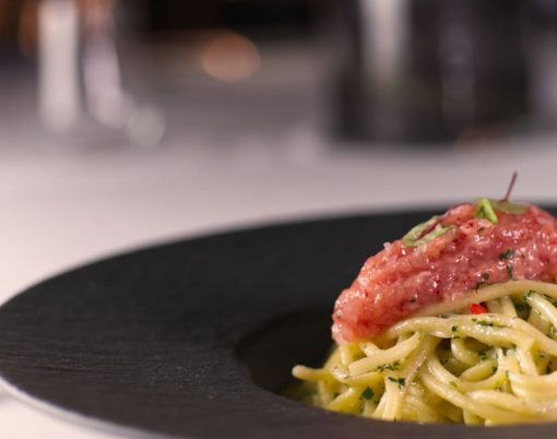 Spaghetti aglio olio e peperoncino con crudo di gamberi rossi di mazzara del vallo
