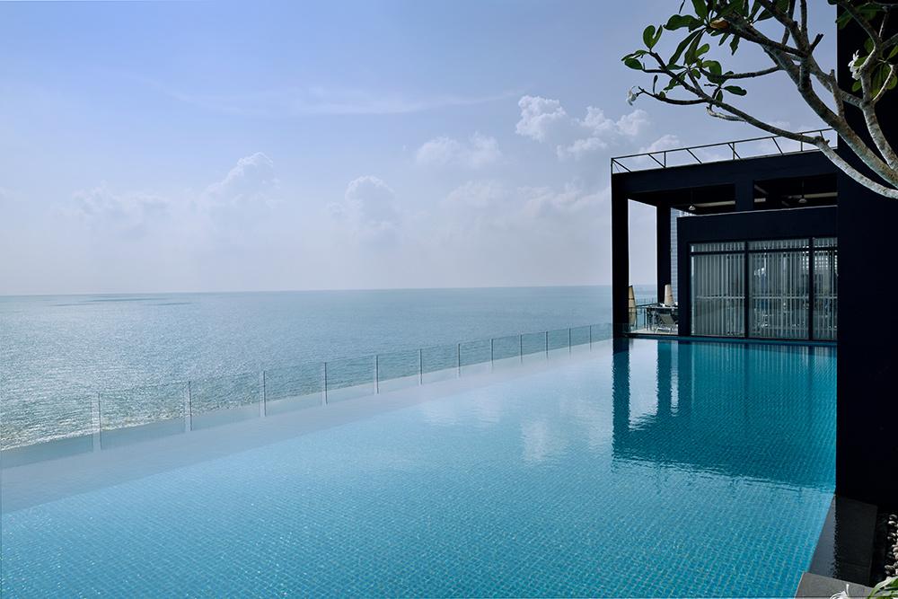Mòvenpick Hotel Colombo outdoor infinity pool