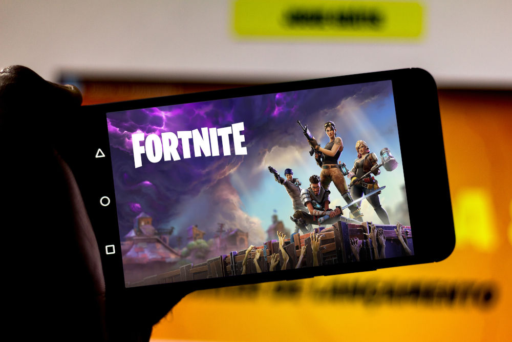 Play Fortnite on the screen of the mobile device