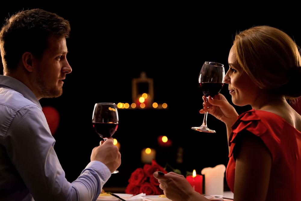 Homme et femme en train de dîner au restaurant dégustation de vin rouge, couple à l'aveugle