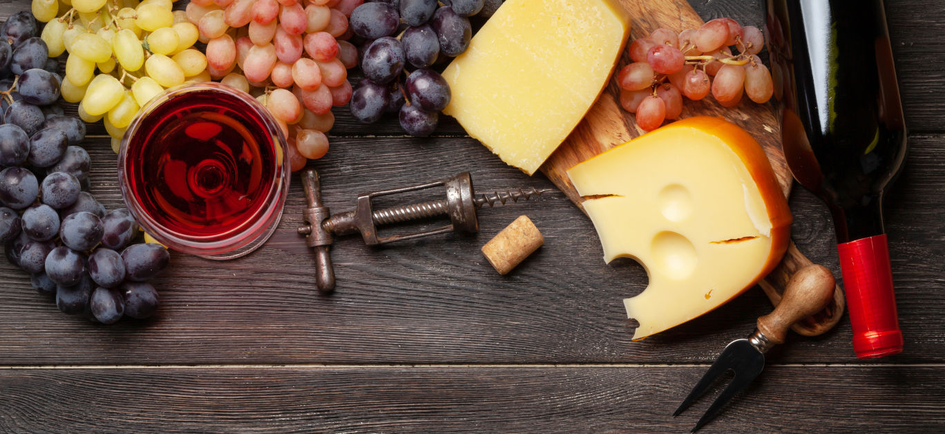 Wine, cheeses and grapes