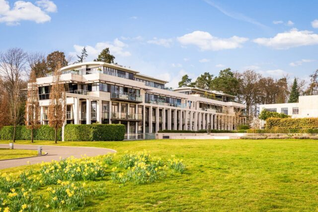 Looking to upgrade to your dream residence in 2021? Then look no further than the beautiful village of Sunninghill in Berkshire, where you'll find the lavish Charters Estate.  Promising the utmost privacy, this Apartment 16 is a masterpiece. Set amongst 24 acres of grounds and gardens, this luxury space features a spacious bedrooms with ensuites, a state-of-the-art kitchen, grand living area and plenty of space to entertain 😍  Private leisure facilities for all the residents include a 25-metre heated pool, sauna and steam room, fitness centre, spa, tennis court and much more!   For more information, check our article by clicking on our link 🙌🏼