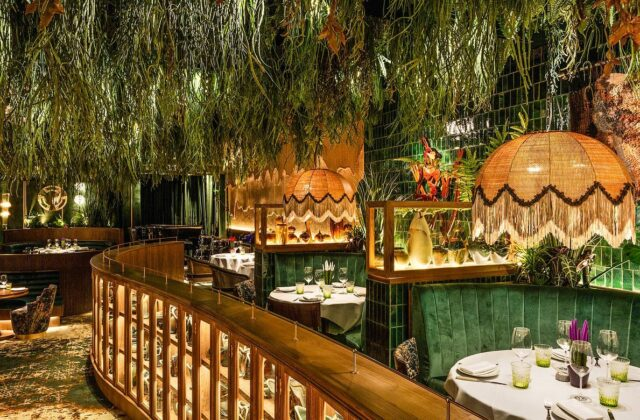 Looking to do something memorable this weekend? Then it's time to make exciting plans with family and friends, there's no better venue to visit for a delicious meal than the beautiful Amazónico.   Nestled in the heart of Mayfair, Amazónico promises an immersive environment of rainforest-inspired kusum greenery designed by internationally renowned artist Lázaro Rosa-Violan.   Whether you dine at the sushi counter, choose from the a la carte menú or sit at ten Bar & Lounge, Amazónico promises a memorable experience 🙌🏼