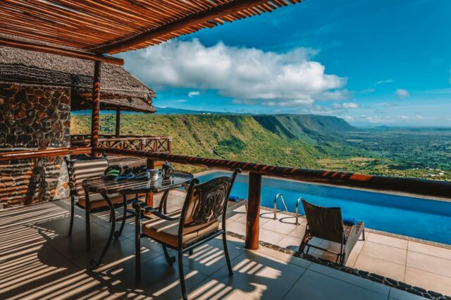 Would you like to win a three-night stay in one of Tanzania's finest five-star hotels?  Nestled on the rim of the Great African Rift Valley, the five-star Lake Manyara Kilimamoja Lodge boasts all the luxury amenities you'll need to enjoy a wonderful getaway.  With 50 rooms and suites, an exquisite restaurant and fantastic experiences on offer, this beautiful hotel is truly worthy of your visit.   By simply entering our giveaway you could enjoy views of Mount Meru and Mount Kilimanjaro surrounded by luxury.   Click on the link in our bio for a chance to win 🙌🏼